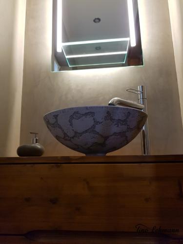 fugenlose-badgestaltung-frankfurt-kristallglas-trifft-auf-beton