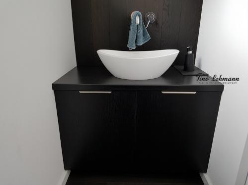 Wandgestaltung schwarz weiss im Bad und Gäste WC